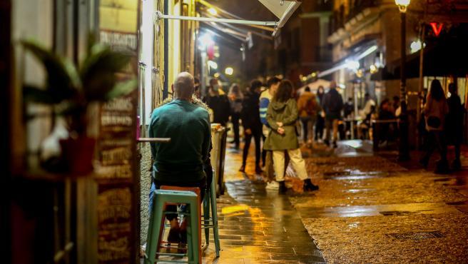 Ambiente en una terraza de un establecimiento de la zona de Chueca, un día antes del fin del estado de alarma, en Madrid (España), a 23 de octubre de 2020. El Gobierno de la Comunidad de Madrid ha anunciado hoy que a partir de mañana ent