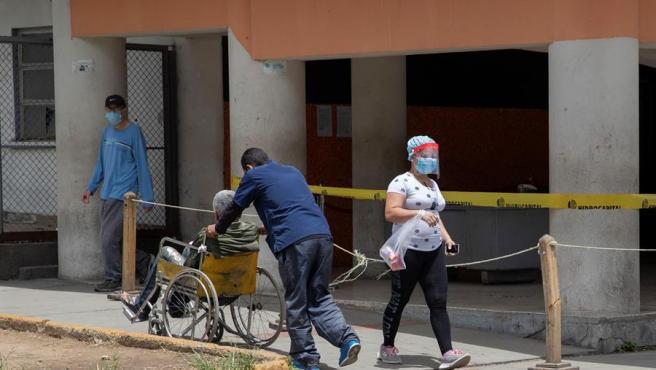 Pacientes con mascarillas por el coronavirus, en los alrededores del Hospital Universitario de Caracas, en Venezuela.