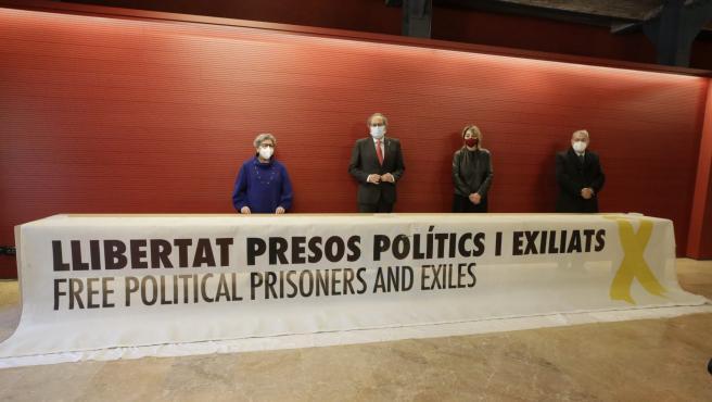 El expresident de la Generalitat, Quim Torra, en la entrega de la pancarta de los políticos presos por la que fue inhabilitado.