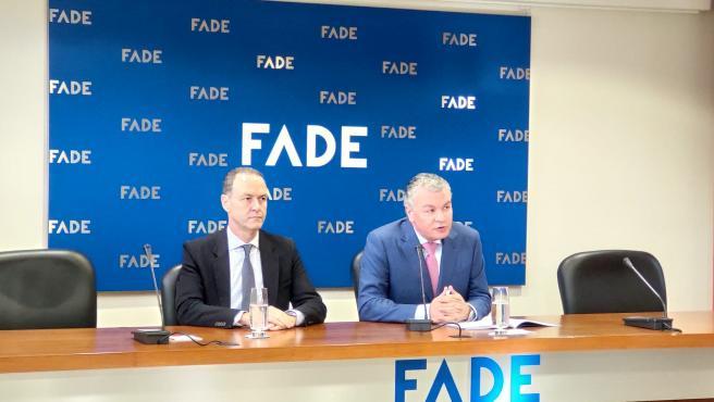 El presidente de FADE, Belarmino Feito, junto al director general de la patronal, Alberto González, en rueda de prensa.