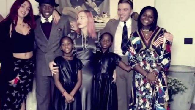 Lourdes, David, Esther y Stella, Rocco, y Mercy, hijos de Madonna (en el centro).
