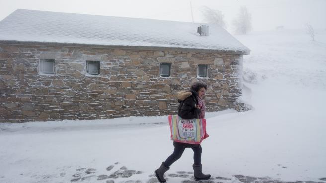 Imagen de archivo de 2019 de una peregrina de camino a hacer la compra y entre la nieve, en el municipio de Pedrafita do Cebreiro, en Lugo-País Vasco (España).