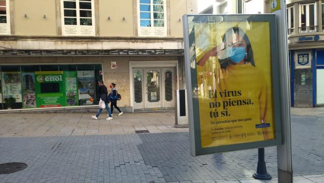 Mupi con una campaña de concienciación frente al coronavirus en Avilés, Asturias
