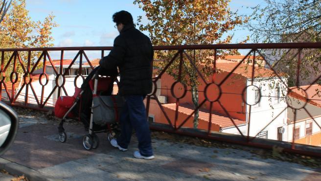 Un hombre pasea a un bebé.