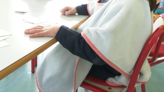 Una alumna con la 'mantaescola'