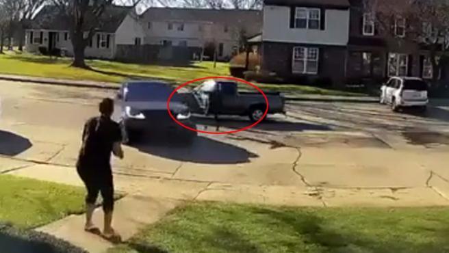 Un vídeo, grabado por una cámara de seguridad, muestra el terrible momento en el que un hombre se baja de un coche y dispara un arma, al menos ocho veces, contra otro vehículo conducido por una mujer.