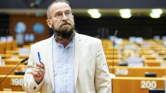 """David Manzheley, el propietario del apartamento de la orgía de Bruselas del pasado viernes en la que 25 hombres fueron multados por no respetar las normas anti-covid, dijo este miércoles a Efe que era la primera vez que el eurodiputado húngaro József Szájer acudía a una de sus """"fiestas"""".  El escándalo llevó a dimitir y pedir disculpas a Szájer, de 59 años, que además de miembro destacado del Fidesz del primer ministro, Viktor Orbán, y esposo de una jueza del Tribunal Constitucional de Hungría es también uno de los redactores de la Constitución húngara de 2011, que describe el matrimonio como el enlace entre un hombre y una mujer, con lo que veta las bodas homosexuales.  Según Manzheley, el pasado viernes fue la primera vez que Szájer apareció en una de sus fiestas, un tipo de reunión que afirmó que son muy recurrentes en Bruselas y que se organizan """"a través de una aplicación para eventos de sexo en grupo""""."""