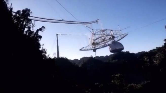 La organización internacional NSF ha sacado a la luz un vídeo del momento exacto en el que la plataforma del radiotelescopio de Arecibo termina colapsando.  La estructura, que ya había sufrido daños estructurales desde el mes de agosto, terminó por venirse abajo cuando el último de los cables que sostenían la estructura acabó rompiéndose este uno de diciembre.