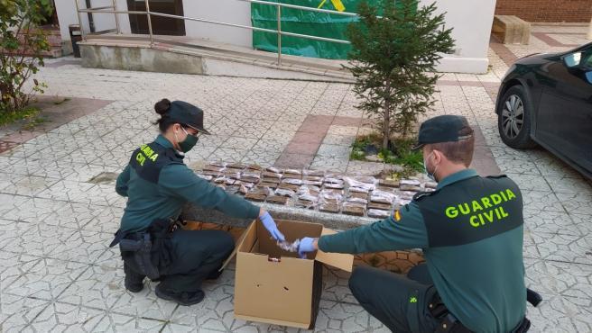 Agentes de la Guardia Civil de Soria con el hachís intervenido en Arcos de Jalón (Soria).