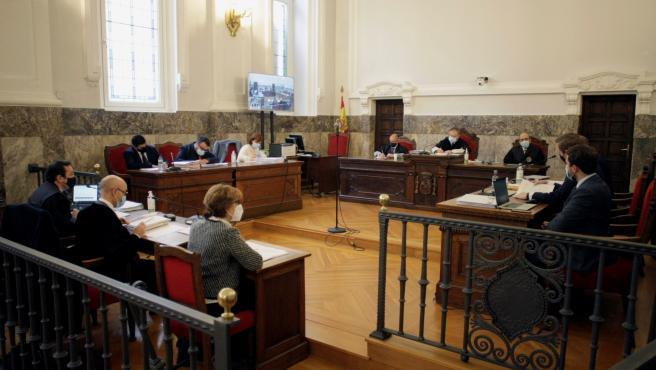 Comienza el juicio por el ERE de Alcoa San Cibrao al fracasar la conciliación En la imagen, los abogados de los trabajadores, a la izquierda arriba, de la Xunta de Galicia, a la izquierda abajo y de la empresa, a la derecha, con el Tribun