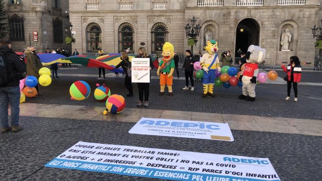 El sector de parques infantiles protesta en la plaza Sant Jaume de Barcelona por el cierre sin fecha de apertura, el 3 de diciembre de 2020.