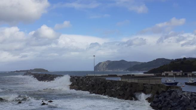 Euskadi activa la alerta naranja este viernes y sábado por oleaje, y el aviso amarillo por nieve a 500 metros