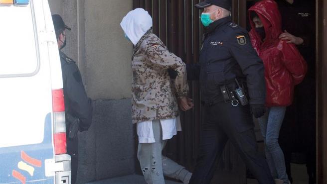 El bailarín y coreógrafo Rafael Amargo y su pareja salen esposados de la comisaría del distrito de Centro, en Madrid.