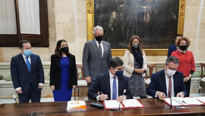Firma del acuerdo presupuestario entre el alcalde, Juan Espadas, y el portavoz de Cs, Álvaro Pimentel.