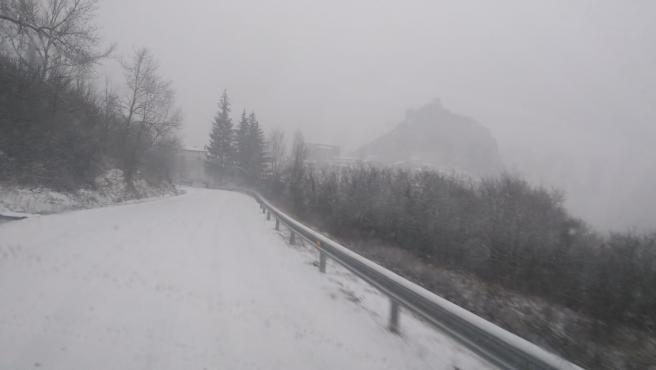 Carretera nevada en la zona riojana de los Cameros