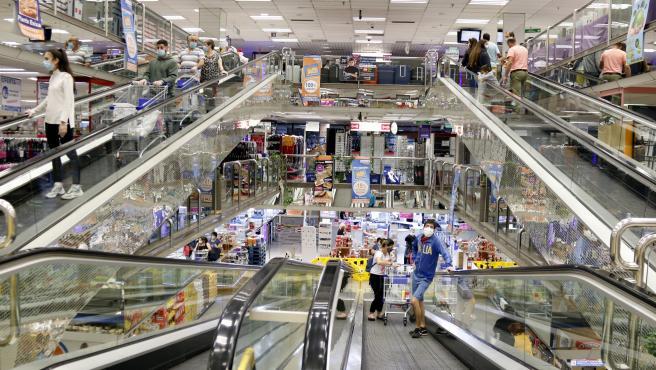 Escaleras mecánicas del centro comercial Punt de Trobada de Andorra, donde se ven compradores, muchos de ellos catalanes, en una imagen del pasado mes de junio.