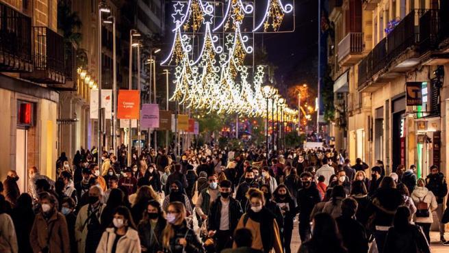 Ambiente de compras pre-navideñas en el Portal del Ángel el pasado lunes en el centro de Barcelona