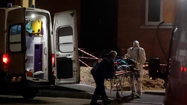Un paciente con COVID-19 es ingresado en un hospital de San Petersburgo, Rusia.