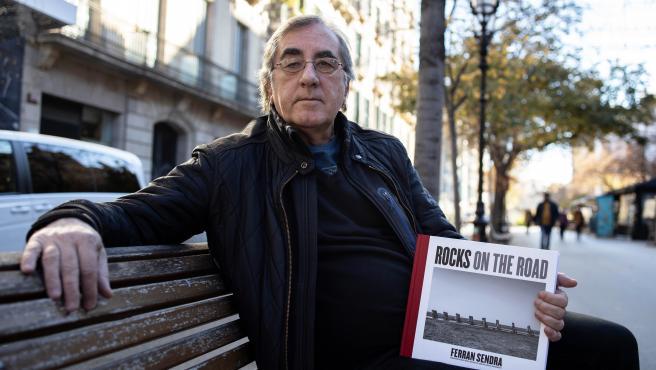 El fotógrafo musical Ferran Sendra (Barcelona, 1958) publica el libro Rocks On The Road (Arola), que recoge 40 años de imágenes propias de estrellas del rock sobre los escenarios combinados con instantáneas de espacios vitales en sus vidas y discografías