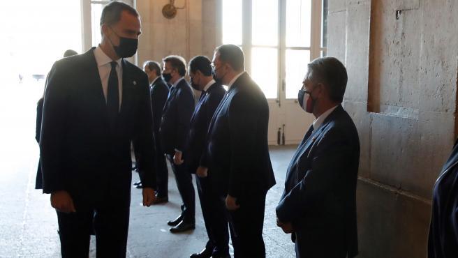 El Rey Felipe VI saluda al presidente de Cantabria, Miguel Ángel Revilla, a su llegada al homenaje de Estado a las víctimas de la pandemia.
