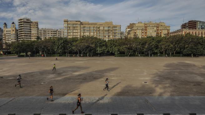 Esportistes en l'antiga llera del riu Turia en el primer dia d'eixida a València després de 48 dies a casa pel coronavirus, que els adults poden eixir a passejar i a fer esport, a València / Comunitat València (Espanya), a 2 de maig de