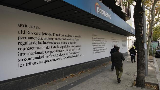 El PP celebra la Constitución cubriendo su fachada con artículos de la Carga Magna. En Madrid, a 4 de diciembre de 2020.