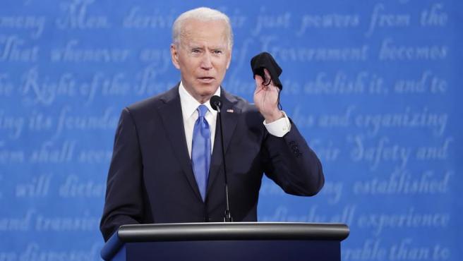 El presidente electo de EE UU, Joe Biden, muestra una mascarilla durante uno de los debates de la campaña electoral, cuando era aún el candidato demócrata a la presidencia.