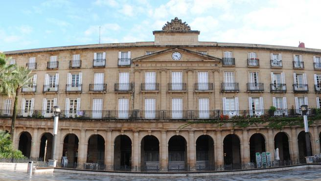 En el centro, sede de la Academia de la Lengua Vasca.