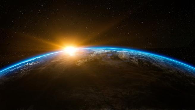 Imagen del amanecer del sol sobre el planeta Tierra.