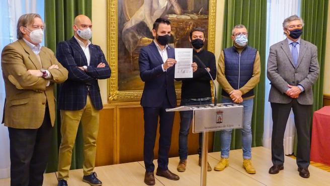 Portavoces y representantes de los cinco grupos de la oposición de Gijón junto a José Armas, director Semana Mágica de Gijón
