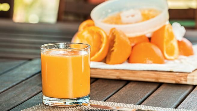 Es un complemento perfecto a un desayuno equilibrado, ya que contiene vitamina C, muy beneficiosa para el organismo. Evidentemente comer la naranja sin hacer zumo también es buena idea.