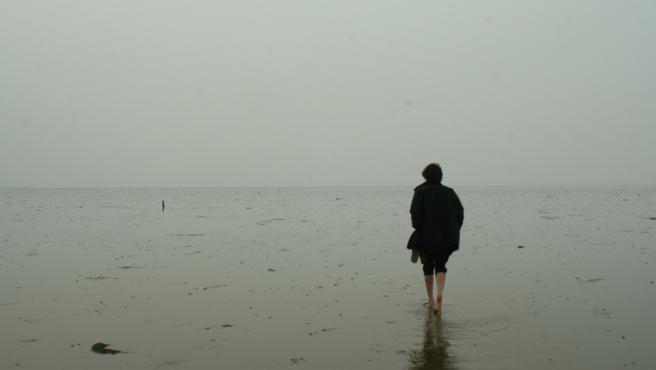 Una persona caminando por The Broomway.
