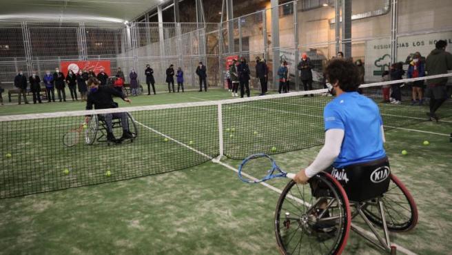 Almeida practica tenis en silla de ruedas durante la inauguración de unas pistas en Arganzuela