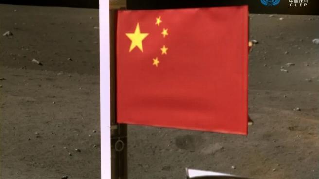 Imagen de la bandera china desplegada en la Luna por la sonda espacial Chang'e-5.