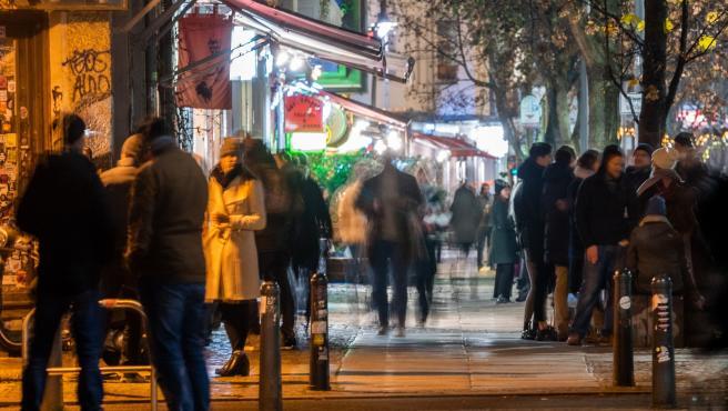 Varias personas en una calle de Berlín este viernes.