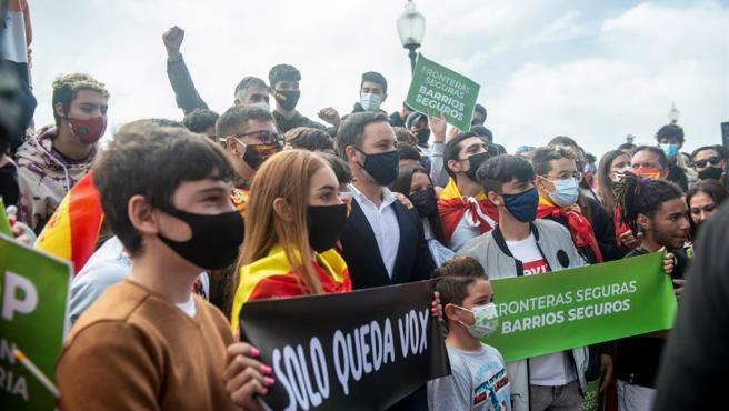 """El presidente de Vox, Santiago Abascal, participó este sábado en Lanzarote en una concentración convocada por su partido contra lo que describe como """"la invasión migratoria en Canarias""""."""