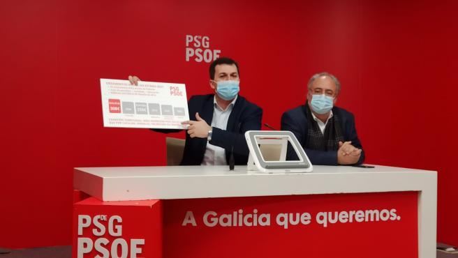 El secretario xeral del PSdeG, Gonzalo Caballero, ofrece una rueda de prensa junto al coordinador de los diputados del PSdeG en el Congreso, Guillermo Meijón
