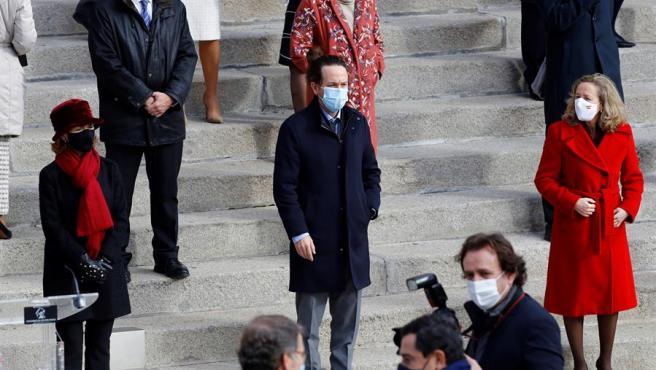La vicepresidenta primera Carmen Calvo, el vicepresidente segundo, Pablo Iglesias, y la vicepresidenta económica, Nadia Calviño, participan en la celebración del cuadragésimo segundo aniversario de la Constitución en la escalinata del Congreso de los Diputados en Madrid.