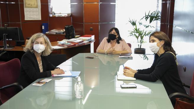 La consejera de Acción Social de Tenerife y presidenta del Instituto Insular de Atención Social y Sociosanitaria, Marián Franquet, en la reunión que ha mantenido con la responsable de la Unidad de Protección del Alto Comisionado de las
