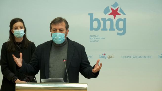 La viceportavoz del BNG, Olalla Rodil, y el diputado Luis Bará, en una rueda de prensa en el Parlamento de Galicia