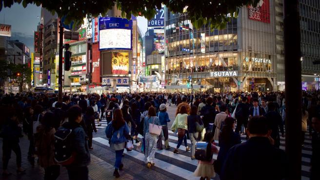 Aunque no llega a los niveles de los primeros puestos, lo cierto es que a los habitantes de Tokio también les cuesta mucho adquirir una casa de 60 metros en el centro. Son 12 años.
