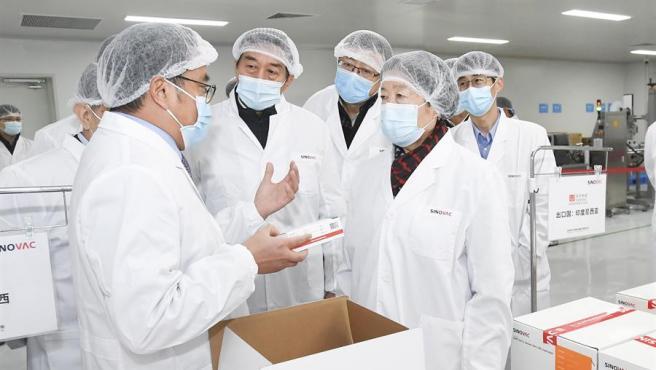 Autoridades inspeccionan el desarrollo de la vacuna contra la COVID-19 de la empresa biotecnológica china Sinovac, en un laboratorio de la compañía en Pekín, China.