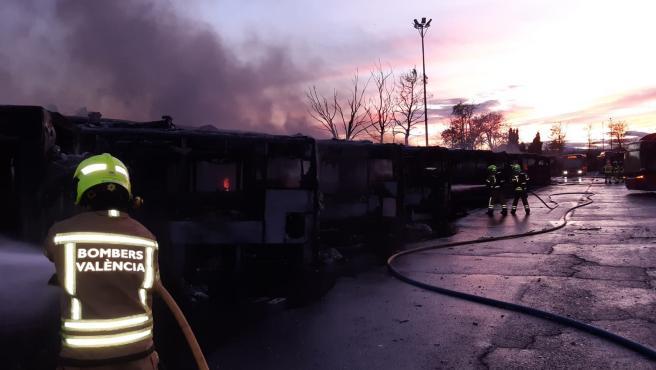 Bomberos controlan el fuego declarado este sábado en las cocheras de la EMT