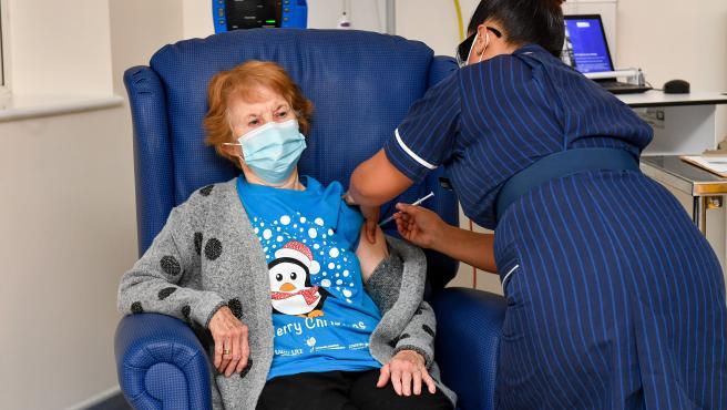 La enfermera Mrs Parson pone la primera vacuna Pfizer a Margaret Keenan, de 90 años en Reino Unido.