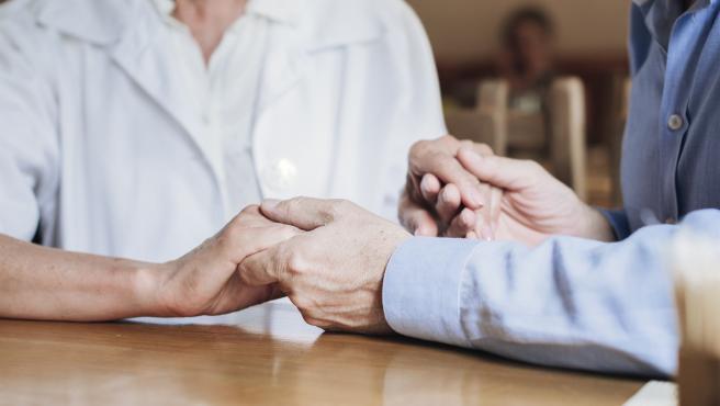 Manos de una anciana y su cuidadora