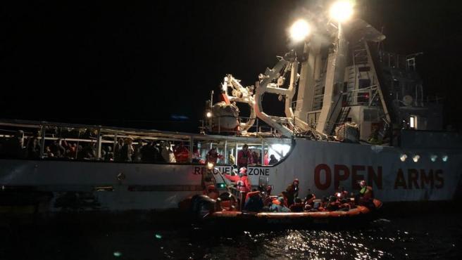 El barco de l'ONG Open Arms recata a uns immigrants en el Mediterrani (arxiu)