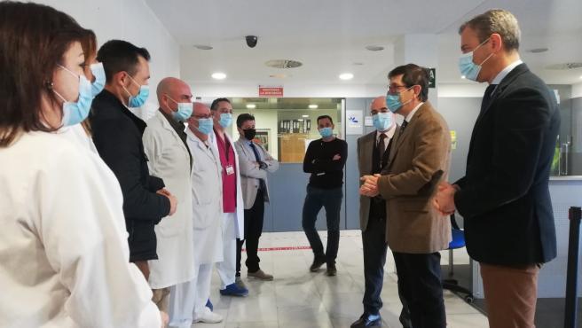 El consejero de Salud, Manuel Villegas, junto con el alcalde de Yecla, Marcos Ortuño, y con el gerente del área de Salud del Altiplano, Francisco Soriano, visitan el Hospital de Yecla