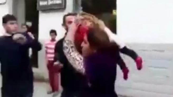La madre, en la pelea callejera.