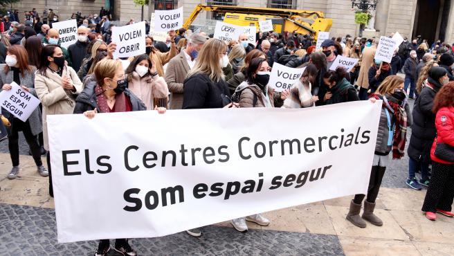 Protesta de los trabajadores de centros comerciales catalanes, cerrados desde el 30 de octubre, este miércoles en la Plaza Sant Jaume de Barcelona.