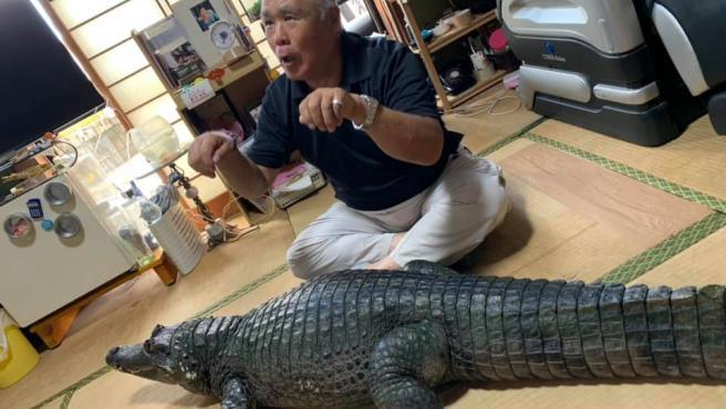 'Caiman-san' junto a su dueño.